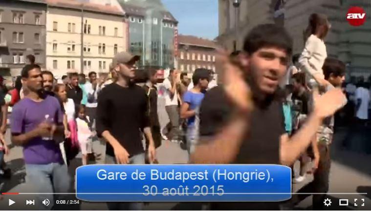 Des centaines de «réfugiés» hurlent «Allah Akbar» sur la place de Budapest avant de partir pour l'Allemagne