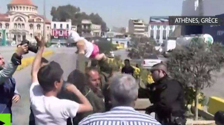 Un migrant menace de lancer un nouveau-né sur un policier