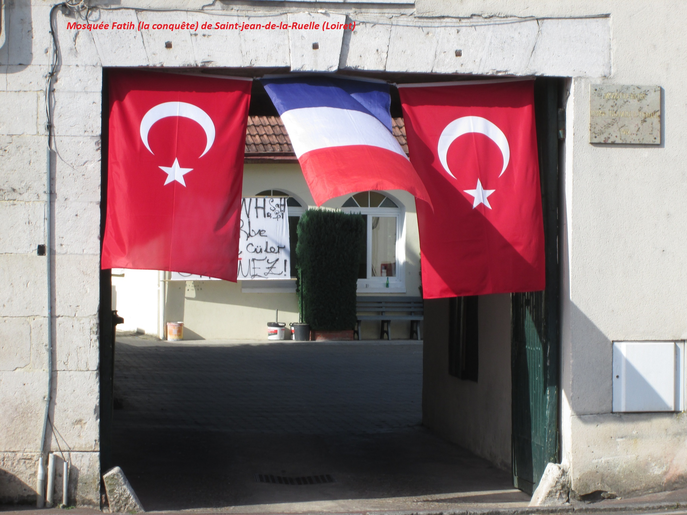 Mosquée avec drapeau français dans le Loiret…   Photos exclusives