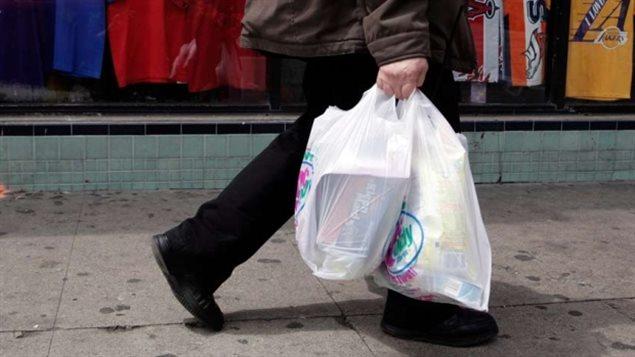 Québec solidaire souhaite interdire les sacs en plastique partout au Québec. Pas nous !