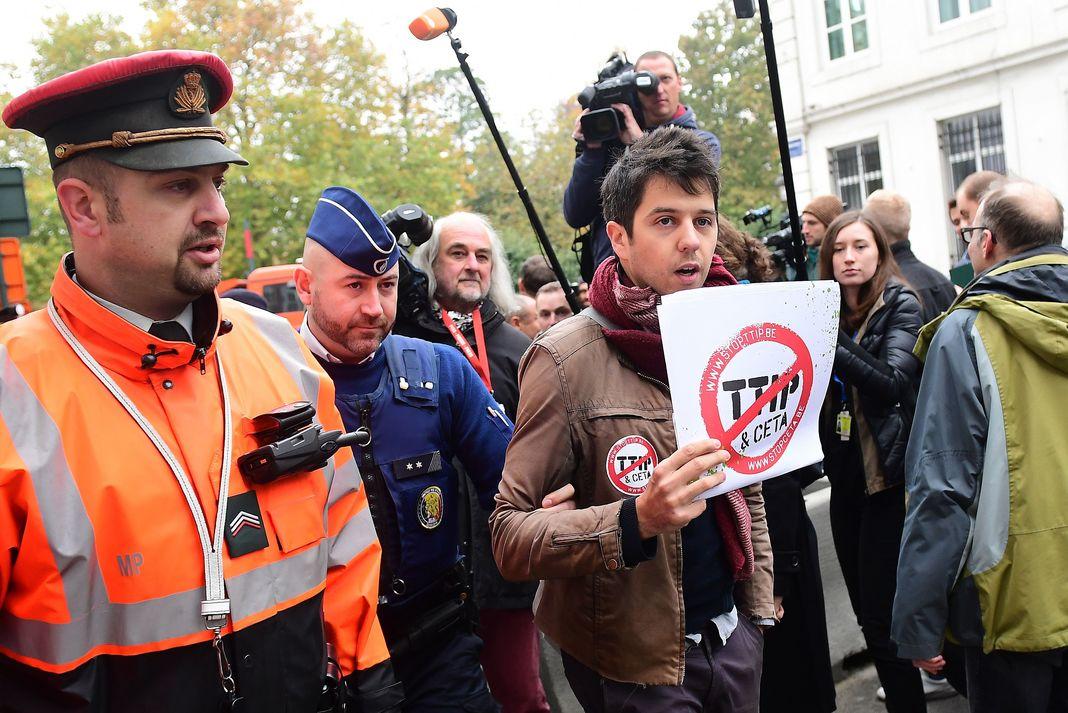 408 salopards ont ratifié le CETA, Marine promet que la France le quittera si le peuple veut le Frexit