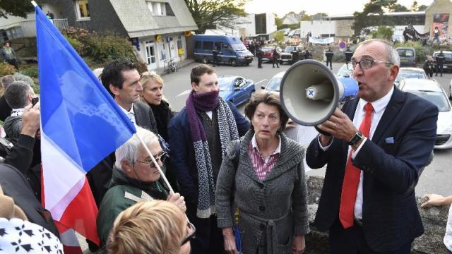 Pennelle (FN) à Fougères : «Est-ce que le drapeau français gêne les médias ?»