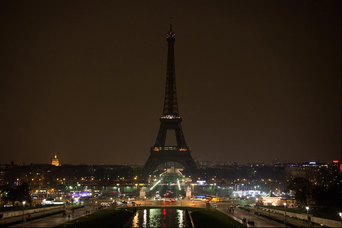 Tour Eiffel éteinte, bougies et couronnes, réunionnite… Macron combat le terrorisme