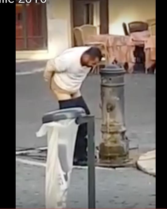 Quand un musulman se lavait les fesses en pleine rue pour faire ses ablutions…