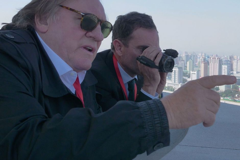 Avec le guide Moix, Gérard Depardieu visite la Corée du Nord