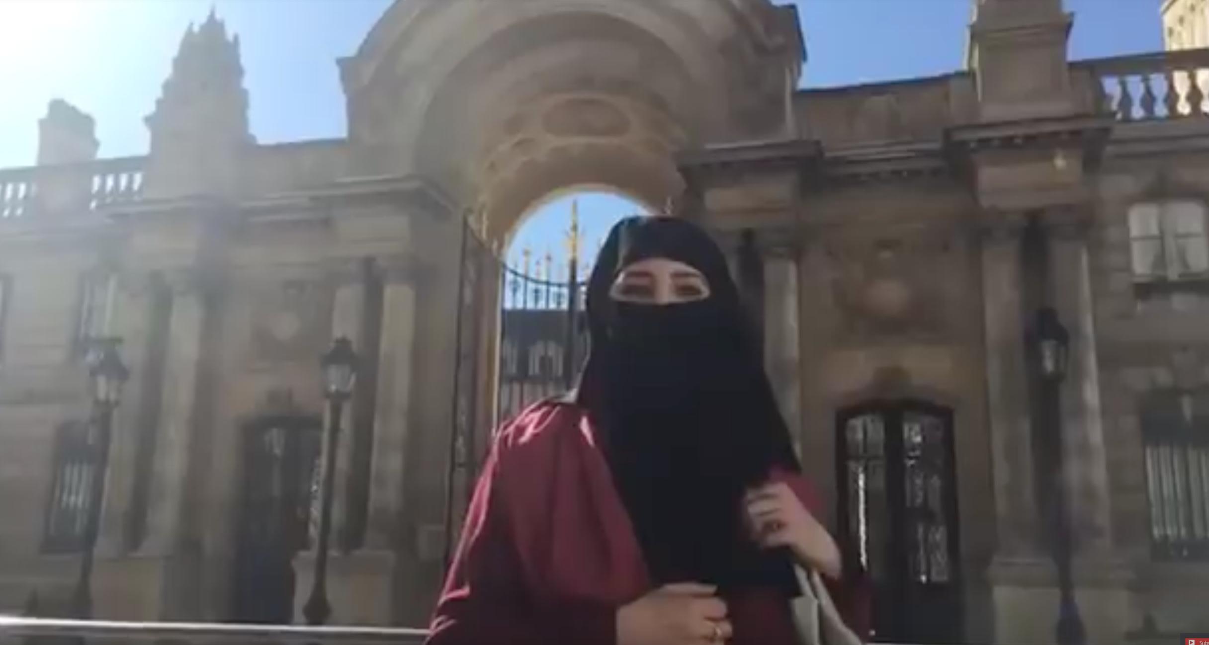 Nekkaz provoque Macron avec une ennikabée devant l'Elysée