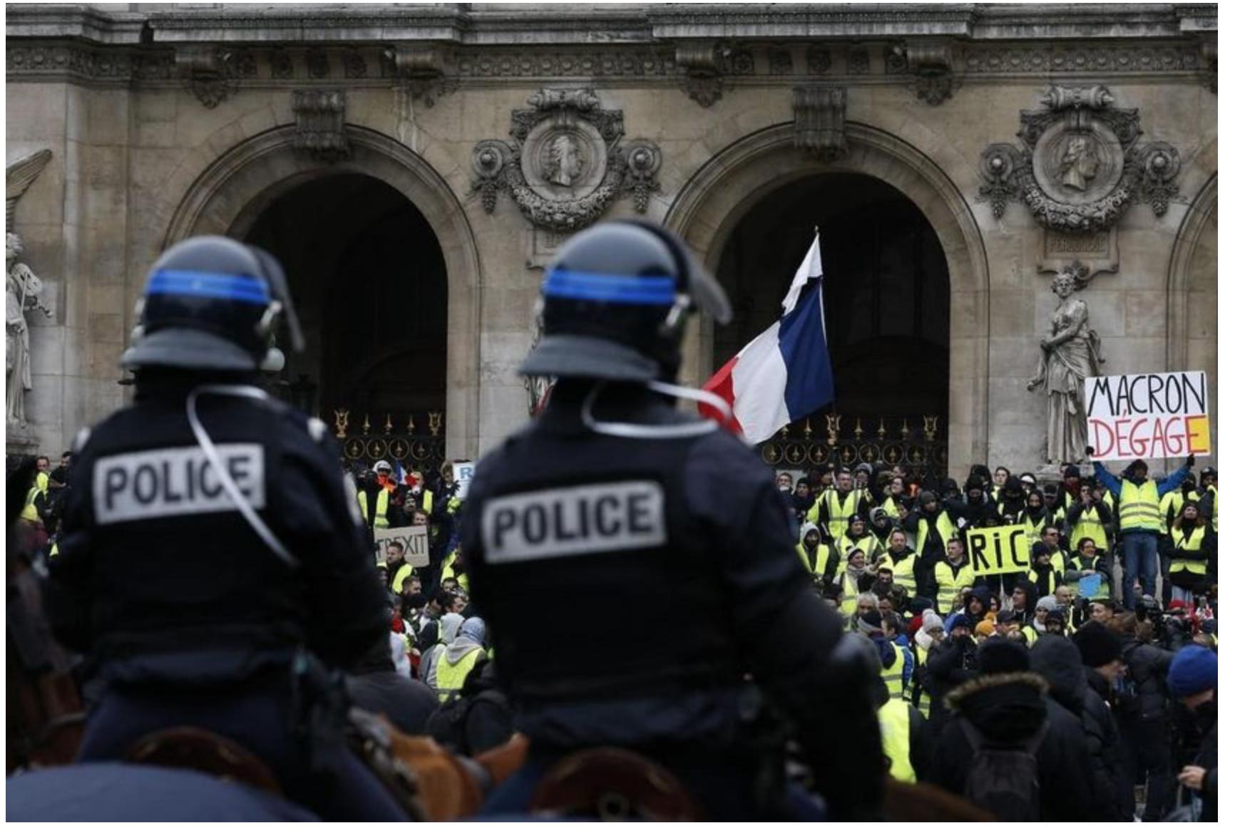 FR3-Staline retouche les photos pour supprimer «Macron dégage»  !
