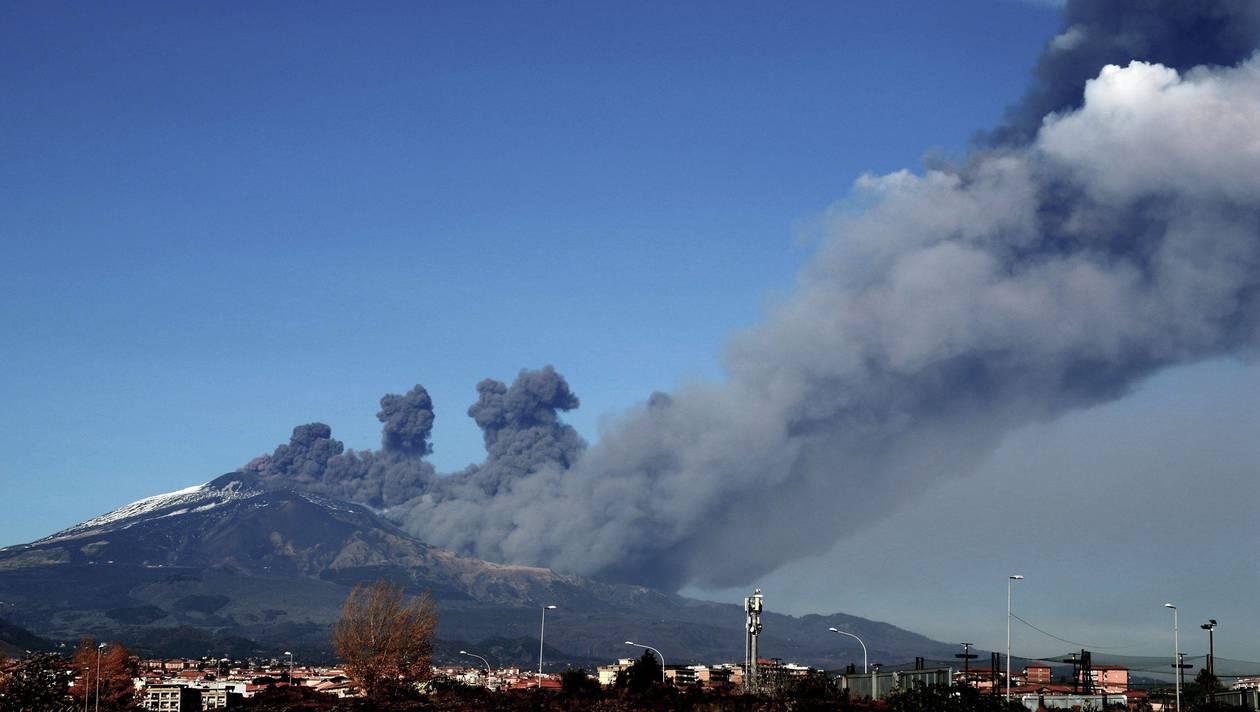 Ça y est : je suis devenu écolo ! L'Etna en éruption pollue, remplacez-le par des éoliennes !