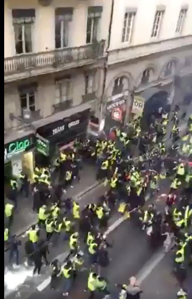 Enfin ! A Lyon les Gilets Jaunes ont compris : ils foutent sur la gueule aux gauchos infiltrés