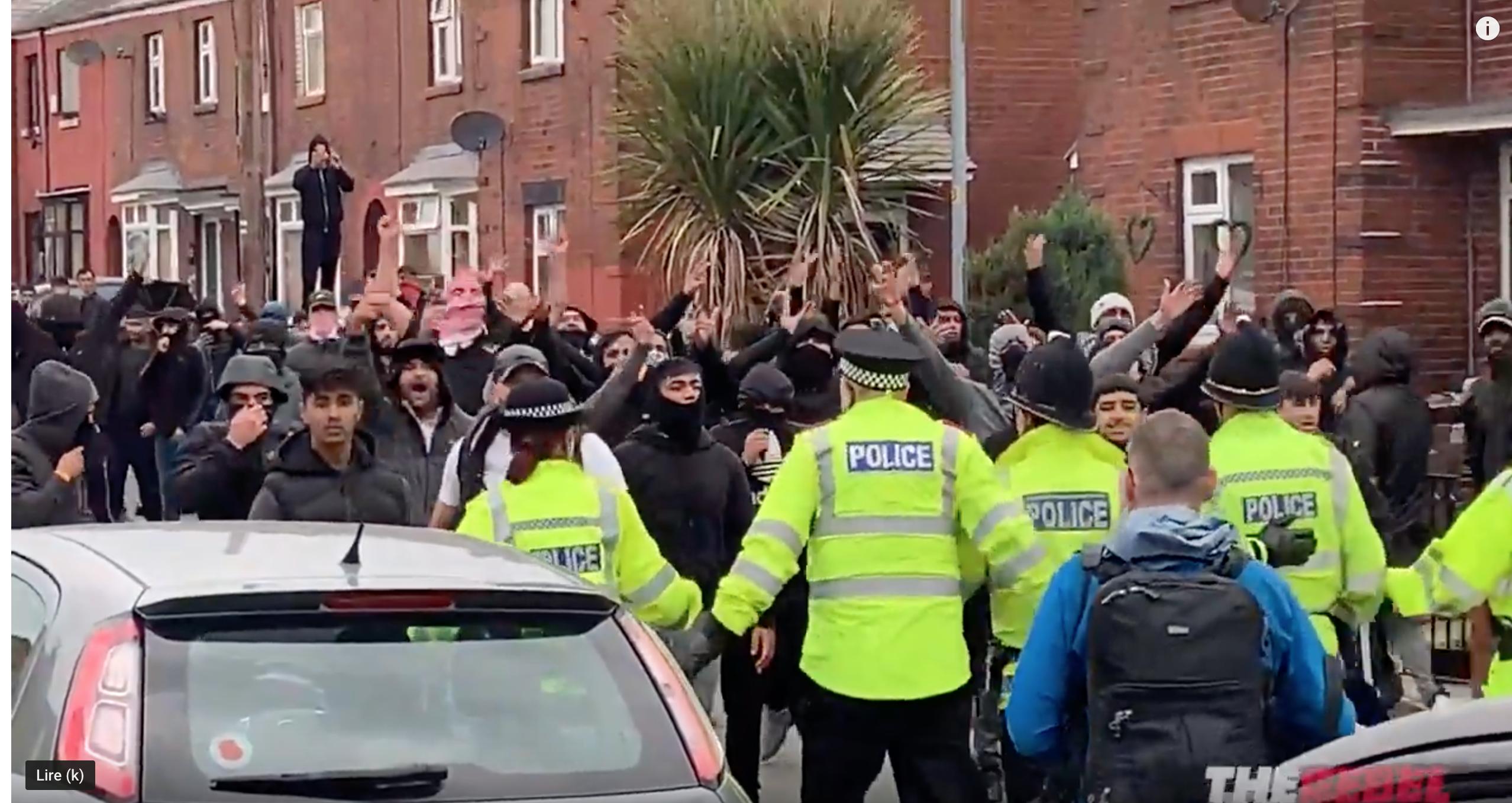 Les policiers anglais accompagnaient les musulmans venus agresser Tommy et ses supporters…