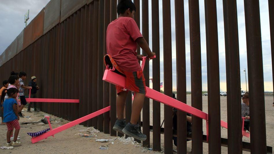 Mexique : des enfants et des balançoires roses contre le mur de Trump ?