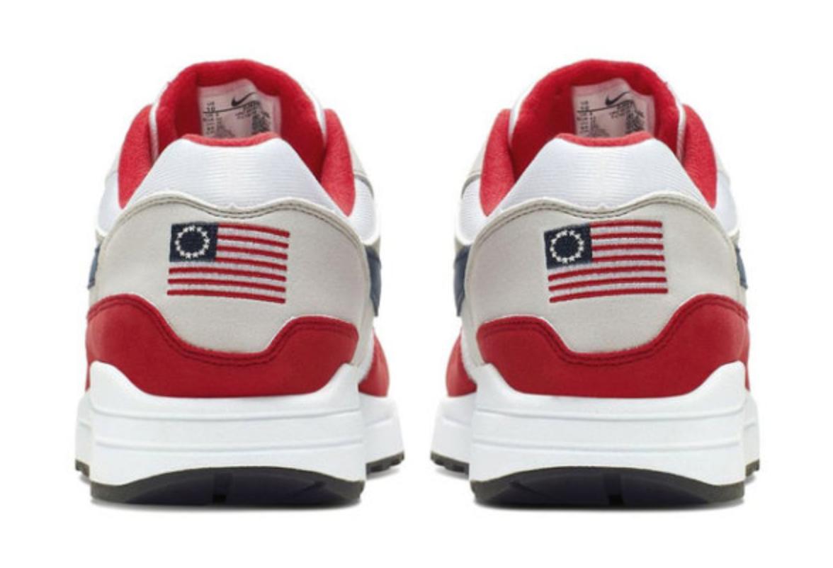 Nike obéit au footeux noir  Kaepernick : pas de chaussures avec le drapeau US de l'époque de l'esclavage
