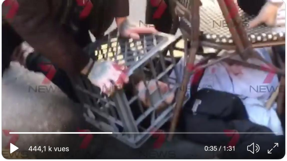 Sydney : ils maîtrisent le terroriste au couteau avec une chaise et un bac en plastique
