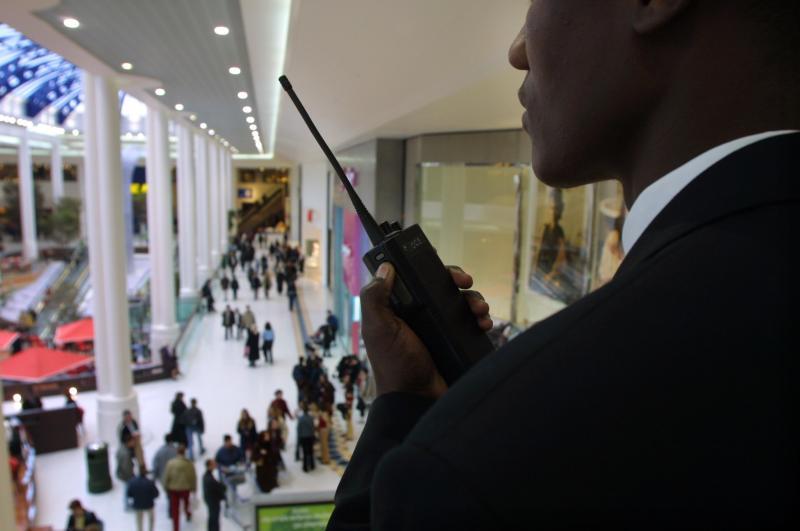 On va désarmer le patriote Pierre Cassen pour armer Mamadou, vigile de supermarché