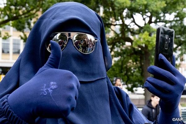 Pays-Bas : expulsée du bus pour port du niqab