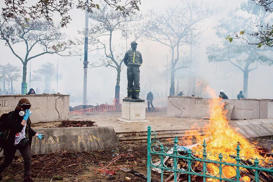 Haut fait d'arme des gauchistes débiles : destruction de la stèle du maréchal Juin !