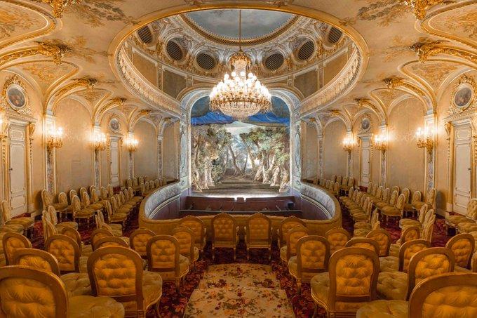 Le théâtre Napoléon III de Fontainebleau s'appelle à présent  «Cheikh Khalifa bin Zayed al Nahyan» !