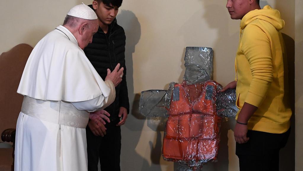 A la Saint-Migrant, le pape bénit une croix au gilet de sauvetage…