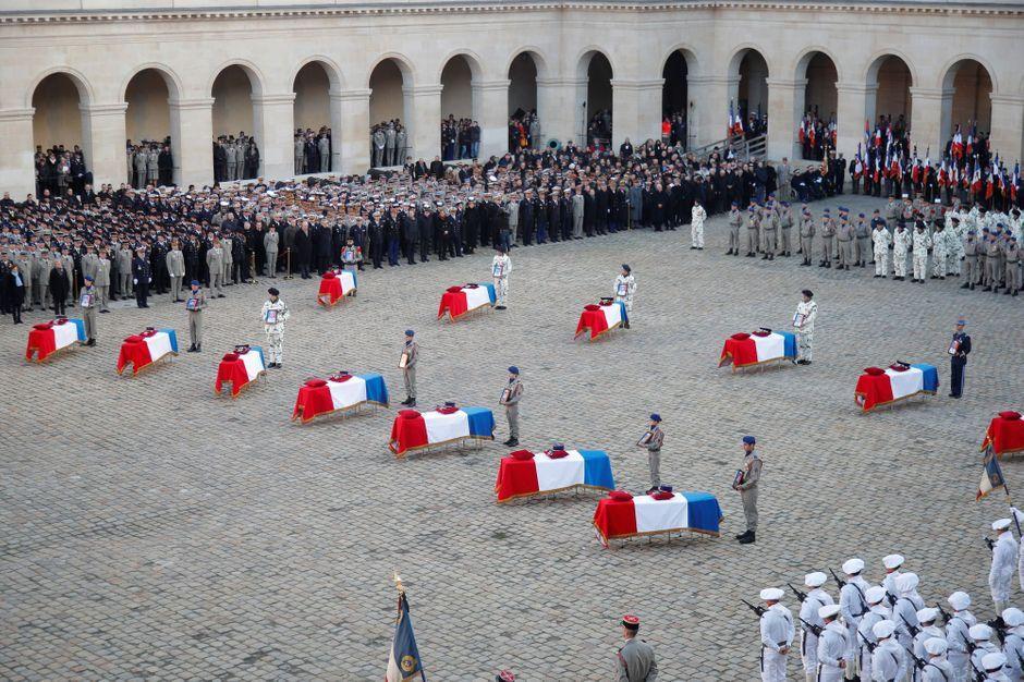 Le peuple a rendu hommage aux corps de nos 13 soldats, morts eux aussi à cause de la peste verte…