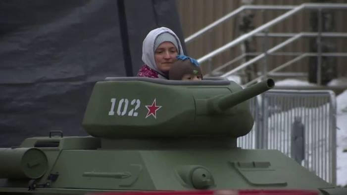 Dans les parcs russes, les bambins pilotent des mini-chars…  Il faut la même chose en France !