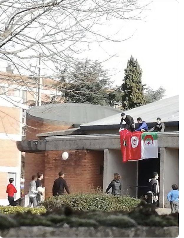 10 février - djihad - drapeaux marocains, tunisiens et algériens sur le fronton de l'église catholique Saint-Jean de Rayssac, Albi