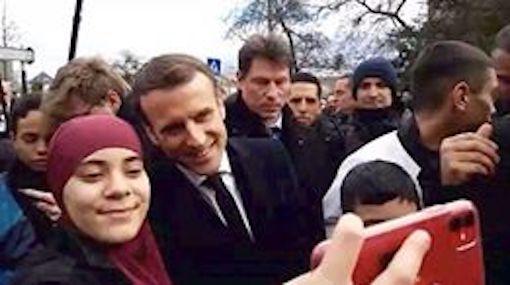 L'emburkinée de Mulhouse dévoile son visage pour un selfie avec Macron !