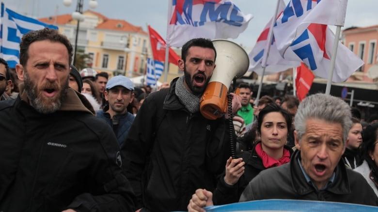 Les Grecs de Mytilène se révoltent contre les migrants et contre le pouvoir politique proche de Soros