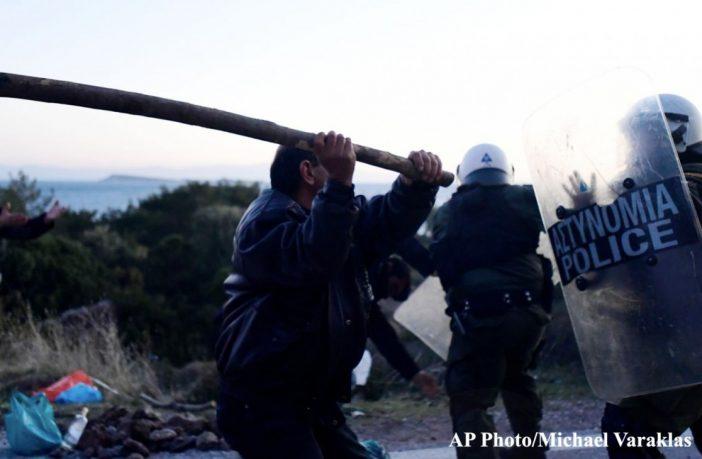 Les Grecs entrent en résistance contre l'invasion migratoire forcée : 52 policiers collabos blessés
