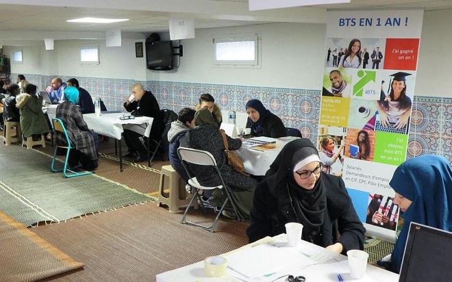 Vous imaginiez un forum des métiers dans une salle communale ?  Maintenant, c'est dans les mosquées