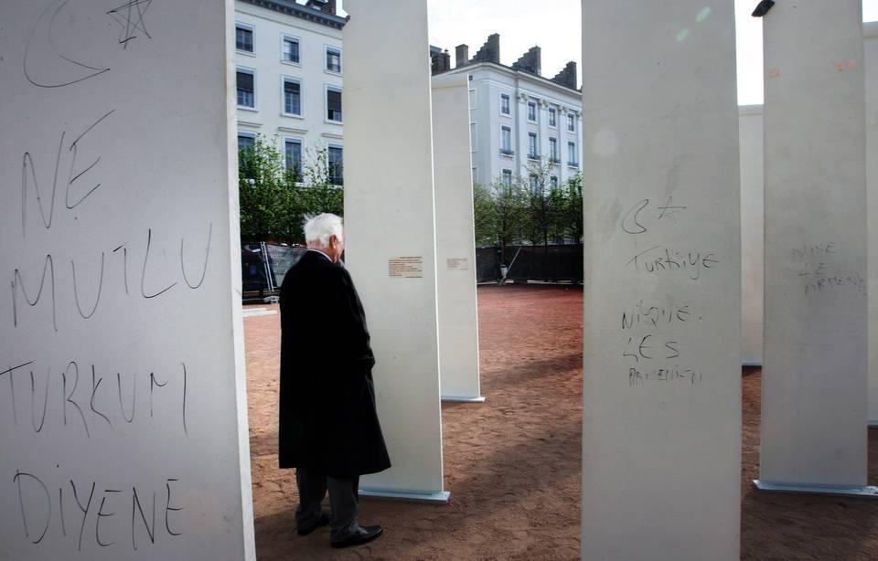 Un mémorial du génocide arménien profané par des Gauchistes et des Turcs