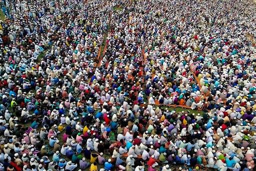 Bangladesh : 25 000 musulmans serrés comme des sardines prient contre le coronavirus