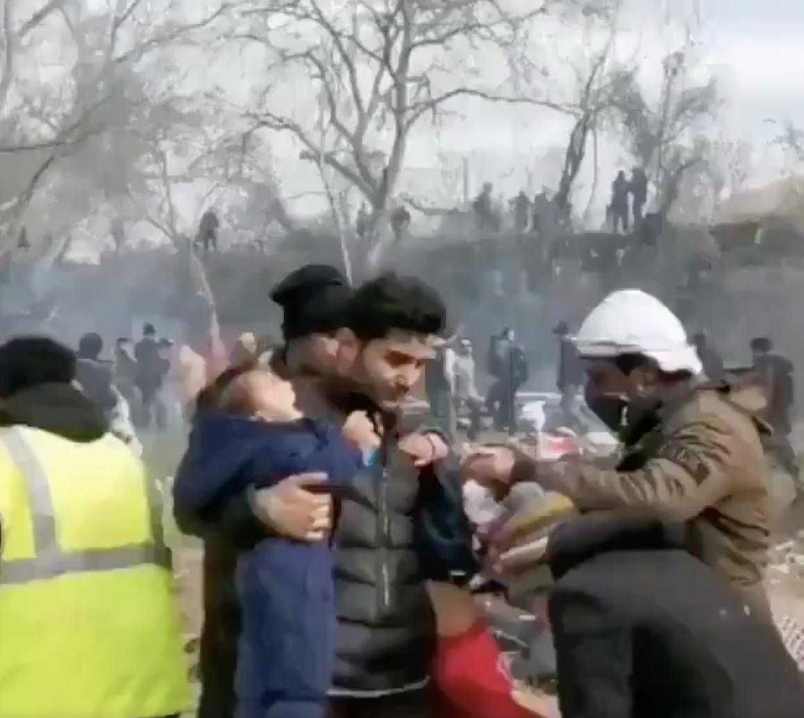 Les migrants forcent leurs enfants à avaler de la fumée et les battent pour les faire pleurer devant les caméras