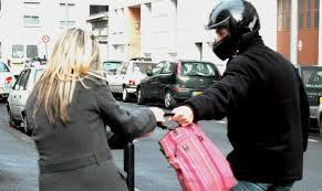 Une racaille vous vole votre sac ? Interdit de porter plainte, fallait vous faire tabasser par votre mari !