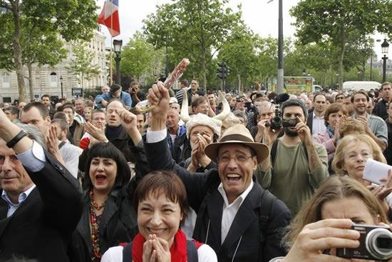 4 flics arrêtent la musique… Révoltés, les voisins chantent la Marseillaise en agitant le drapeau français