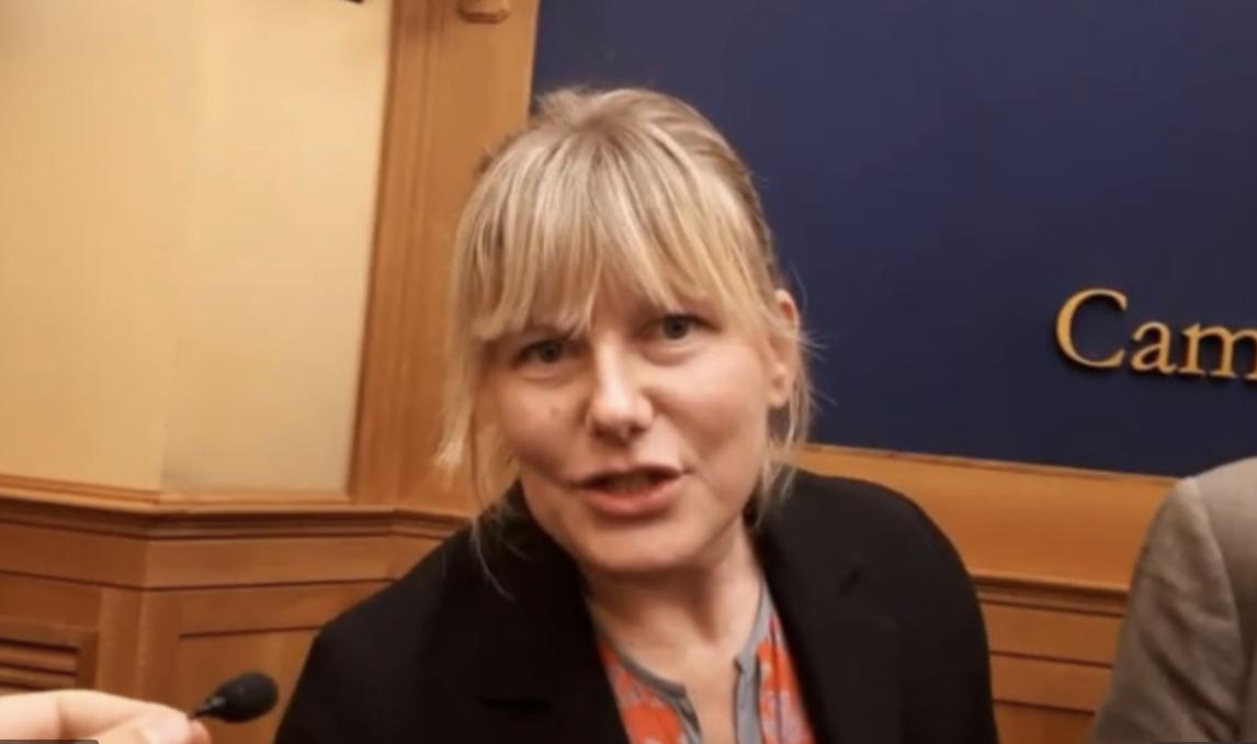 Le député Sarah Cunial dénonce  Bill Gates et demande son arrestation au Parlement européen
