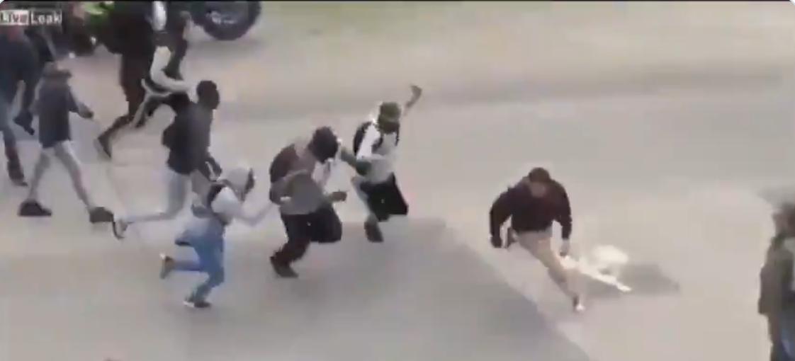 Nantes : grâce au croche-pied d'un courageux, le gars échappe aux dizaines de voyous qui le poursuivent