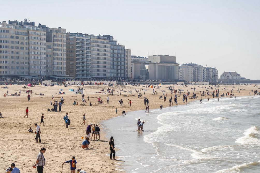 Tranches de vie sur une plage de la France de Macron