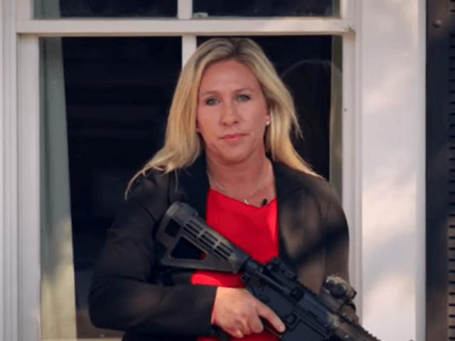 USA : une candidate républicaine attend les antifas de pied ferme, arme à la main
