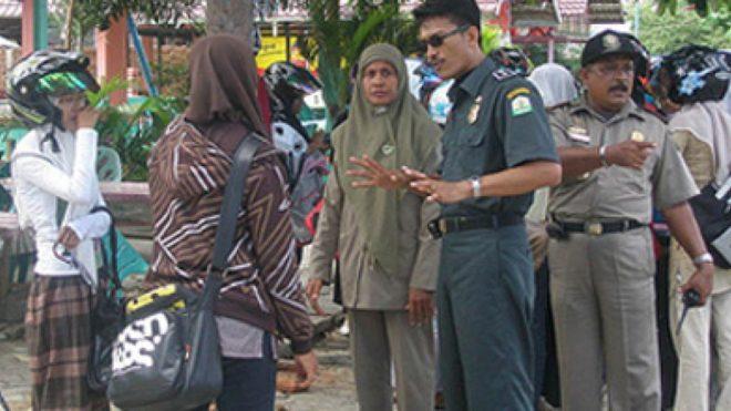 Indonésie : des femmes activement recherchées par la police de la charia pour avoir fait du vélo en «vêtements sexy»
