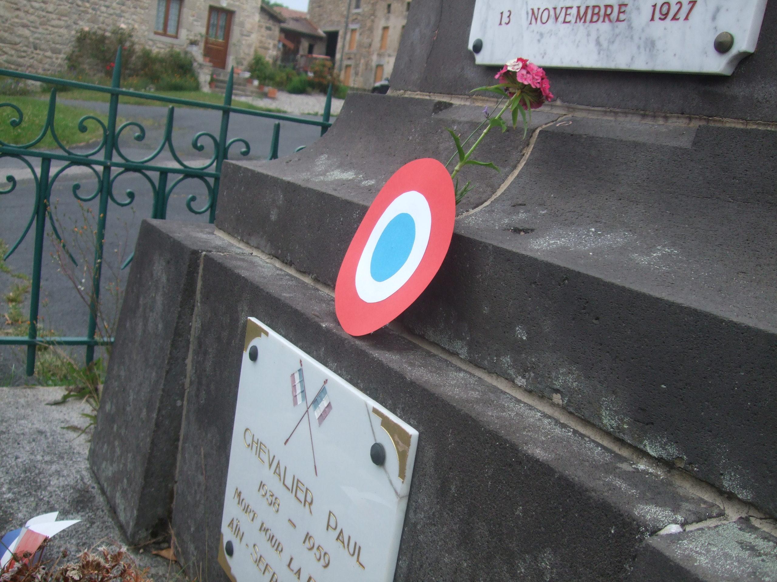 Une cocarde résistante sur le monument aux morts en hommage aux Pieds-Noirs massacrés le 5 juillet 62 à Oran !