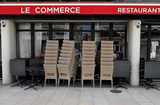 Je pleure sur les cafetiers et restaurateurs encore punis par l'assassin Macron