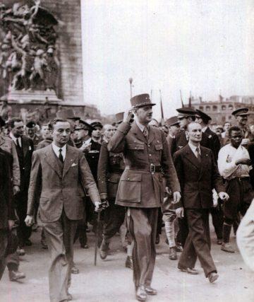 photo sur laquelle on voit, à côté de la longue silhouette du général, le « héros du XVIIe », georges dukson le bras en écharpe.